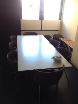 現在は窓際にテーブル席を配置。 大きめのテーブル席です。 他にも4名×2のテーブル席があります。