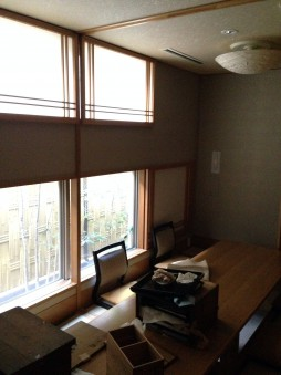 個室内の開口部が多く、天井も高いのでとても開放的な広い空間が出来ています